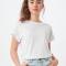Wit T-shirt met ronde hals en opgerolde mouwen