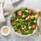 Spinaziesalade met broccoli, blauwe bessen en fetakaas