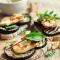Boterhammen met gegrilde aubergine, hummus en geroosterde rode peper