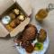 Het restaurant van Lily Joan Roberts – de auteur van ons vegan kookboek – ligt om onze hoek.