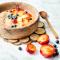 Smoothiebowl met aardbei, gember en perzik