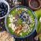 Smoothiebowl met banaan, boerenkool, spinazie en bessen