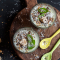 Smoothiebowl met banaan, avocado, amandelmelk en spirulinapoeder