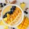 Smoothiebowl met mango, ananas, banaan en kokoswater