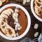 Smoothiebowl met banaan, zuivelvrije chocolade, amandelboter en cacaopoeder