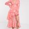 Koraalroze midi-jurk met bloemenmotief en ruches