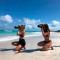 Fotograaf Laure (links) en assistente Anila (rechts) hard aan het tannen, <em>euh</em> werken tijdens onze swimwearshoot in Cuba.