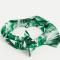 Een haarband met tropische print