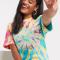 T-shirt met regenboogkleurige tie-dye en madeliefjes