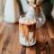 Iced coffee met geroosterde kokosnoot en rum