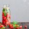Eau aromatisée au basilic et à la fraise