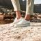 Een paar witte sneakers