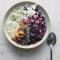Gewelde haver met vlierbloesemsiroop, yoghurt en gesmolten bramen