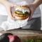 Zalmburger met kruidenroom