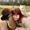 Dikke liefde tussen moderedactrice Catherine en de alpaca's uit onze modeshoot op blz. 34 in Flair.