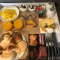 """<span style=""""font-weight: 400;"""">Ce petit-déjeuner copieux est, pour l'instant, servi en chambre (Covid oblige). Un délice !</span>"""