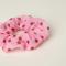 Roze scrunchie met polkadots