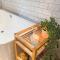 Beautyredactrice Charlotte: 'Nadat ik het artikel over bathscaping had geschreven, heb ik mijn eigen badkamer ook eens onder handen genomen. Een hangplant en een mooie geurkaars kunnen echt al véél doen.'