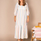 Witte maxi-jurk met driekwartmouwen en pastelkleurige strepen