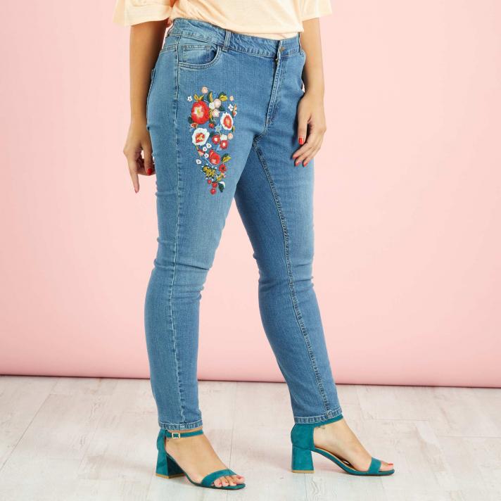 Le jean brodé d'écussons floraux