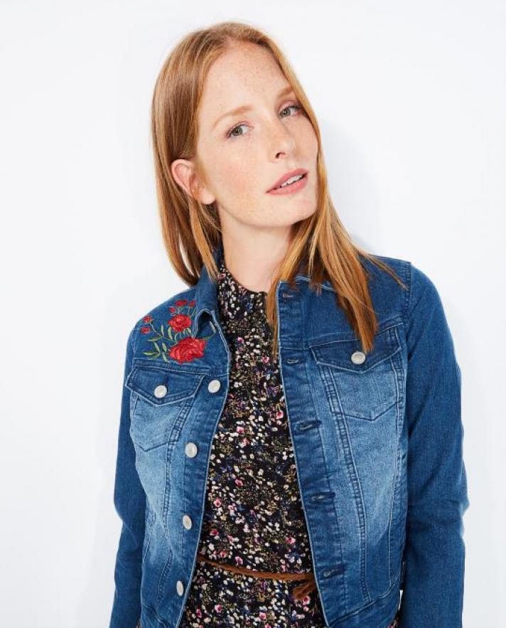 L'incontournable veste en jean à broderies florales