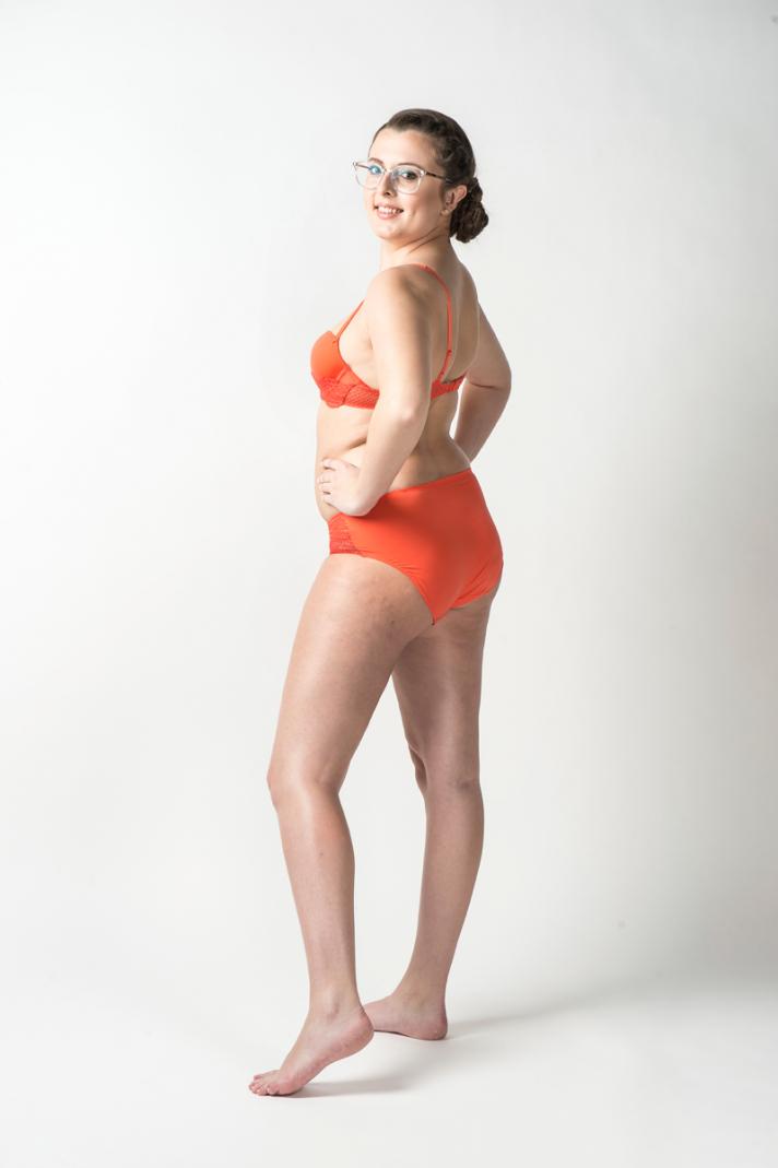 <strong>Caroline</strong>, 22 ans, mesure 1m65 et pèse 60 kilos