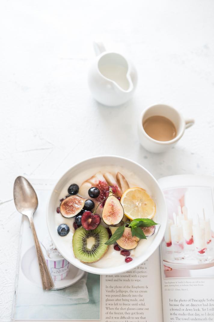 Flocons d'avoine, lait/yaourt, granola, fruit = petit-déj sain