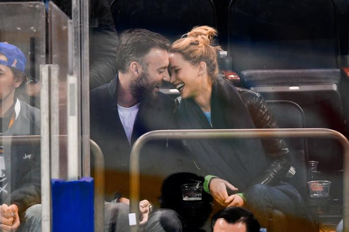 Hij maakt Jennifer ontzettend gelukkig.