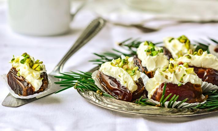 Dattes à la crème mascarpone, romarin et pistaches