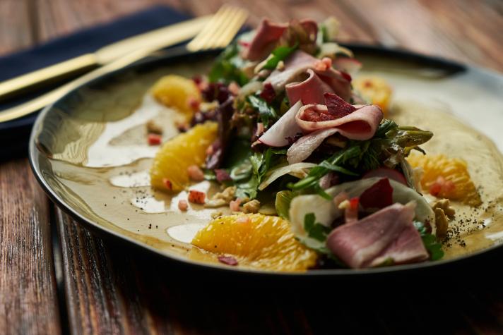 Salade de légumes, agrumes et magret de canard fumé