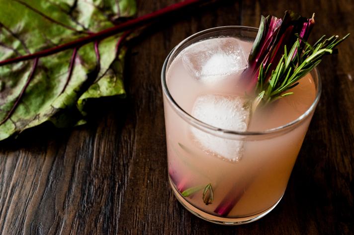 Cocktail à la rhubarbe, romarin et gin