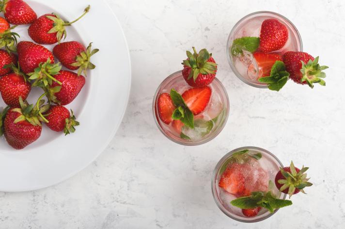 Cocktail à la fraise, à la verveine et au bourbon