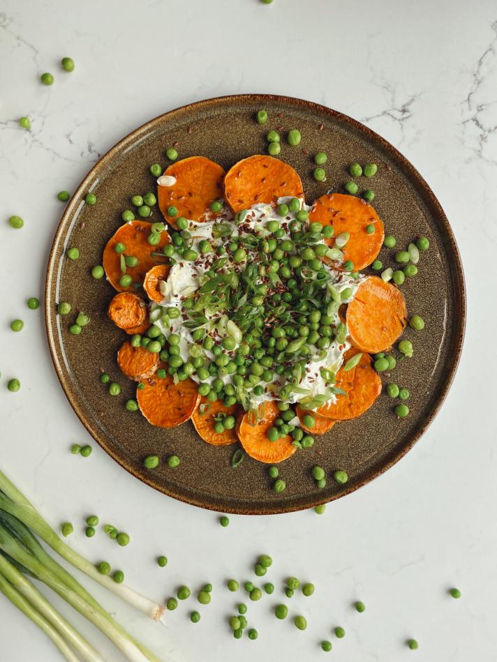 Salade de patates douces, fromages frais et petits pois