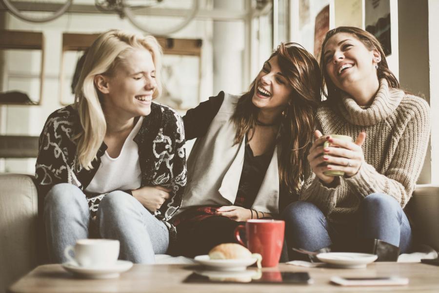 Utilisant des sites de rencontre pour trouver des amis