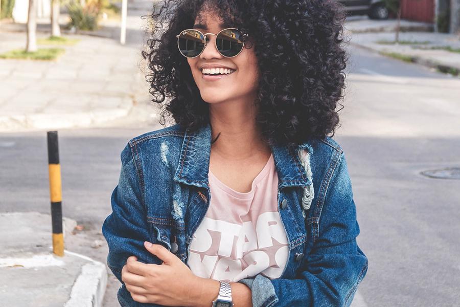 Vrouw met jeansjasje