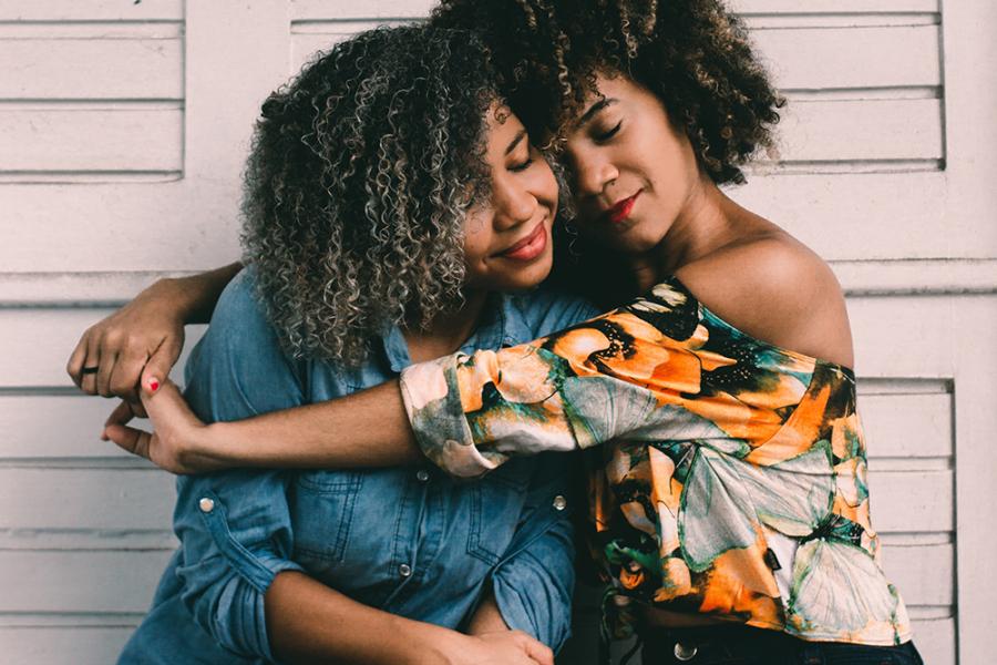 Vriendinnen die knuffelen