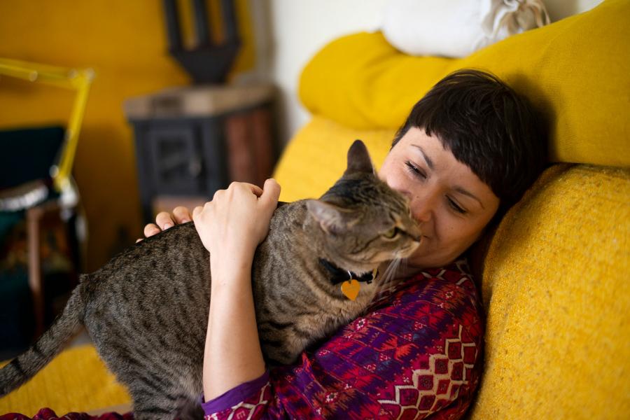 jonge vrouw met kat