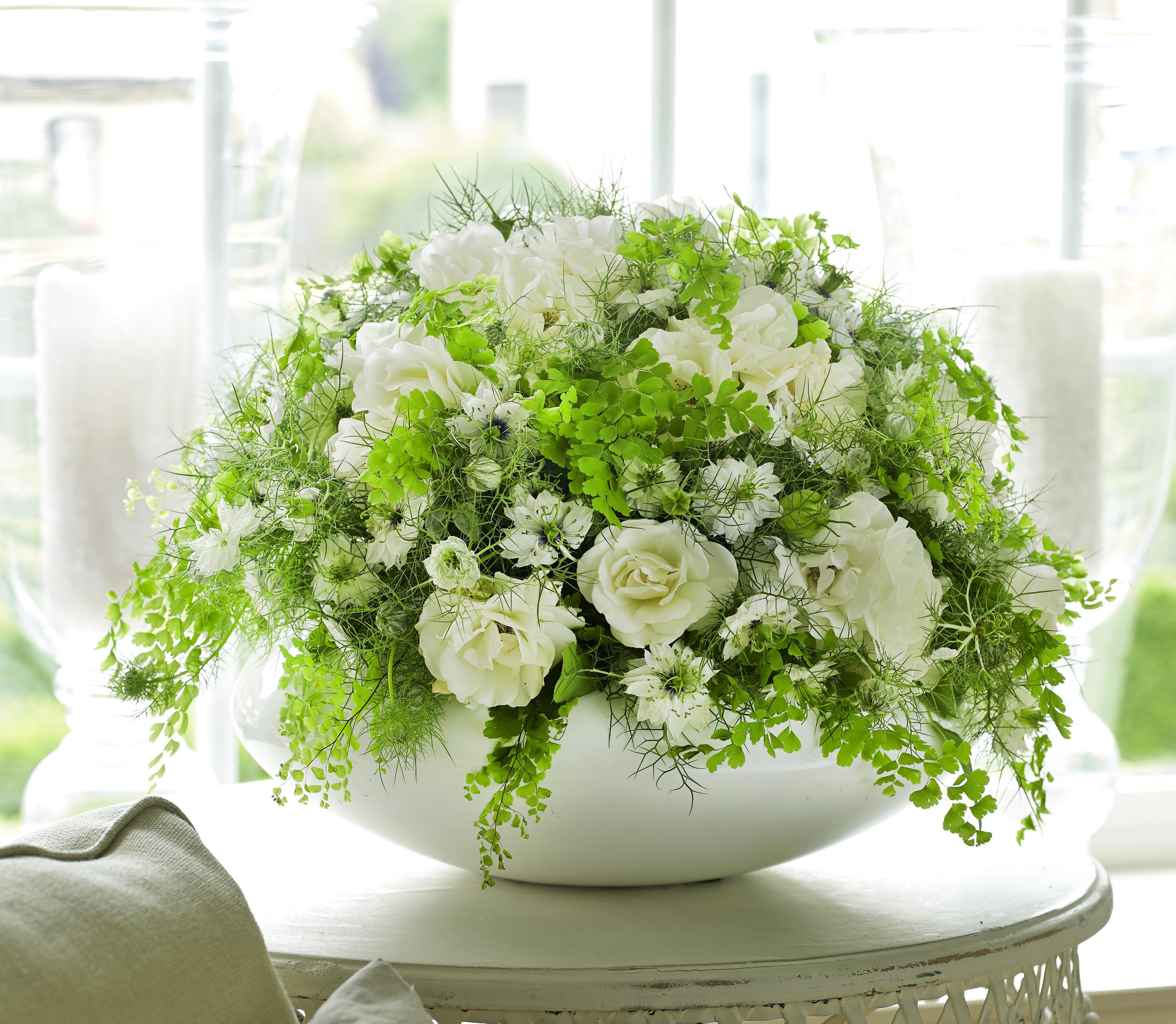 bouquet cr atif boule de fleurs blanches femmes d. Black Bedroom Furniture Sets. Home Design Ideas