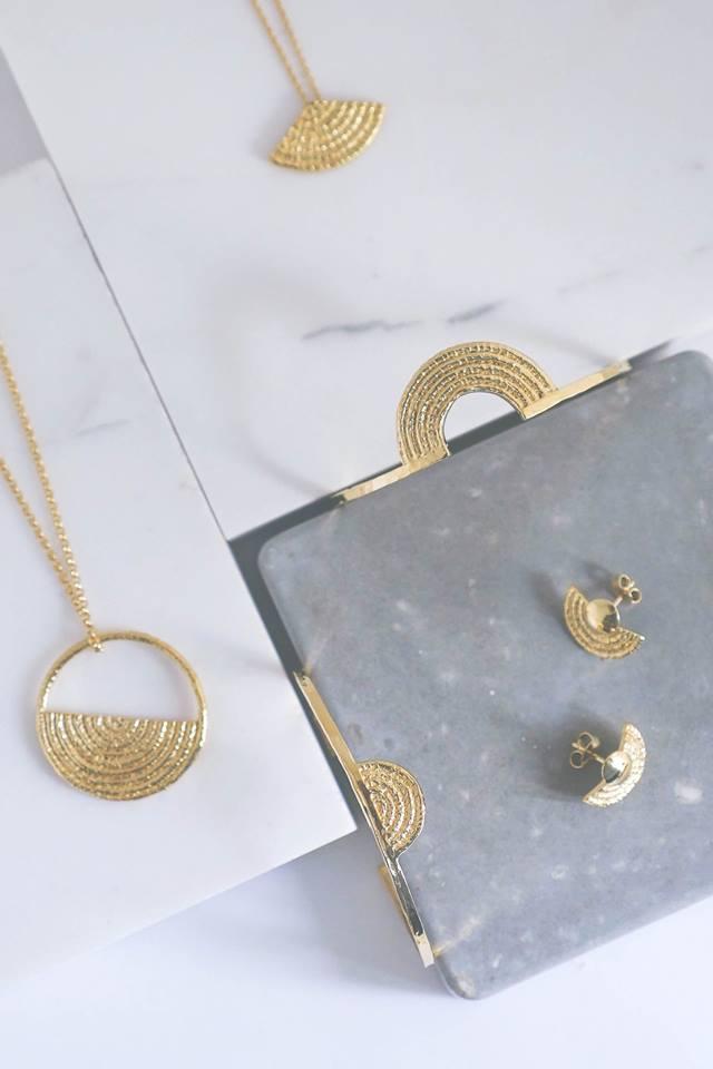 """Bijoux: dans l'atelier magique du """"Tiroir de Lou"""", la marque belgo-belge qui monte monte monte! - Gael.be"""