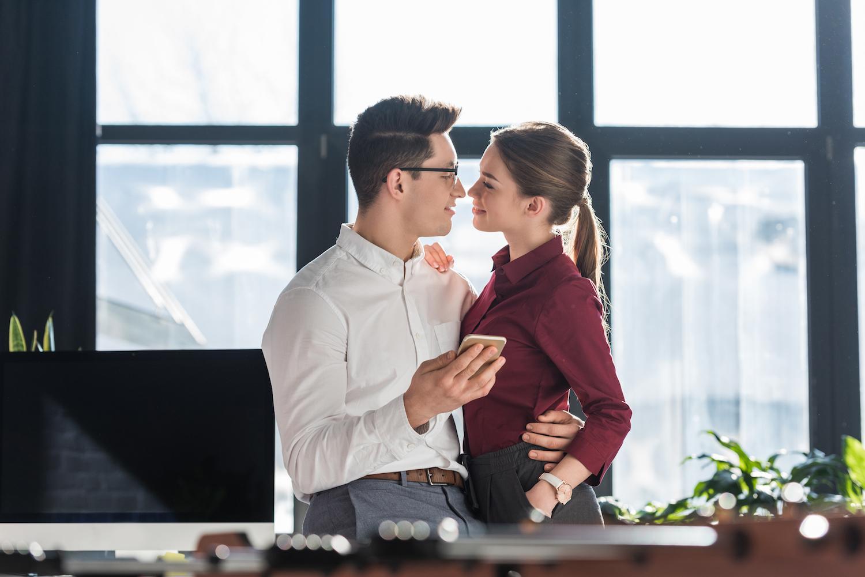 Appel t moins l amour s est invit au bureau femmes d - Femme faisant l amour au bureau ...