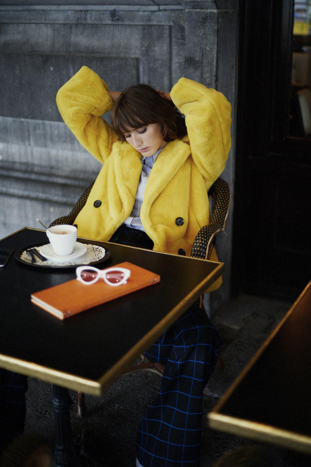 Modèle veste fausse fourrure jaune campagne CKS
