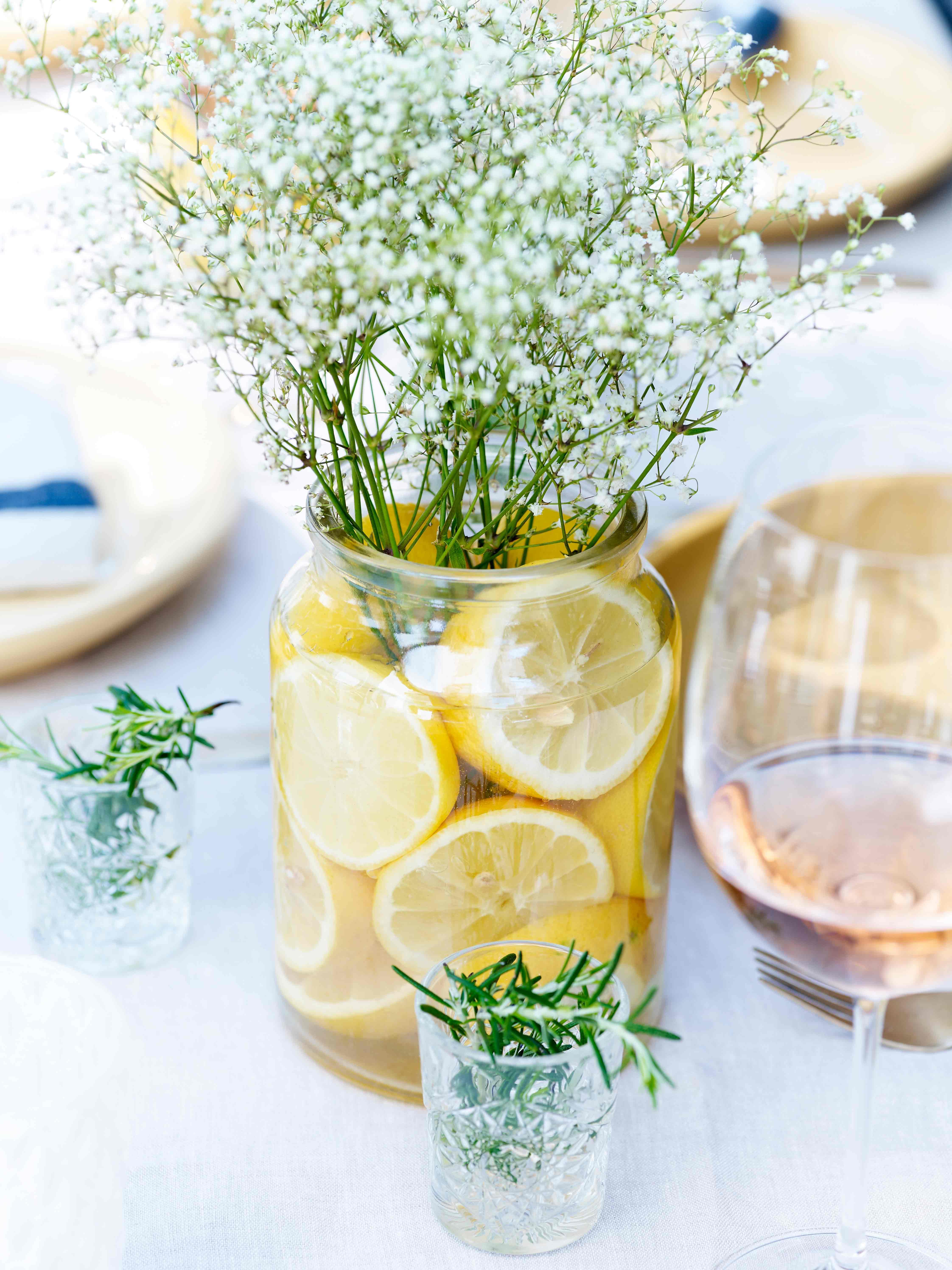 Citroenen in een vaas met bloemen langer vers