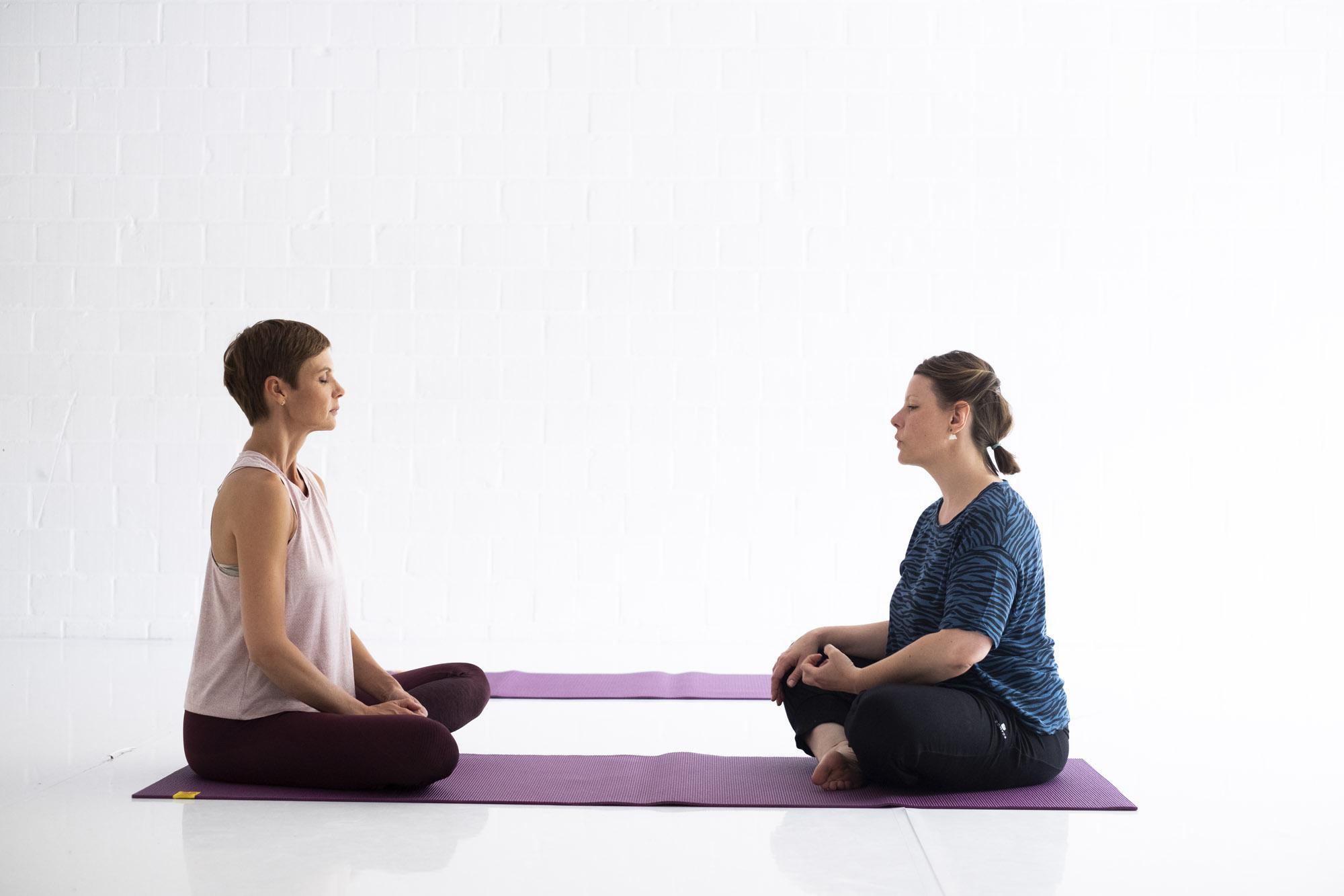 Testé: une séance de yoga les yeux fermés avec Sandrine Dans
