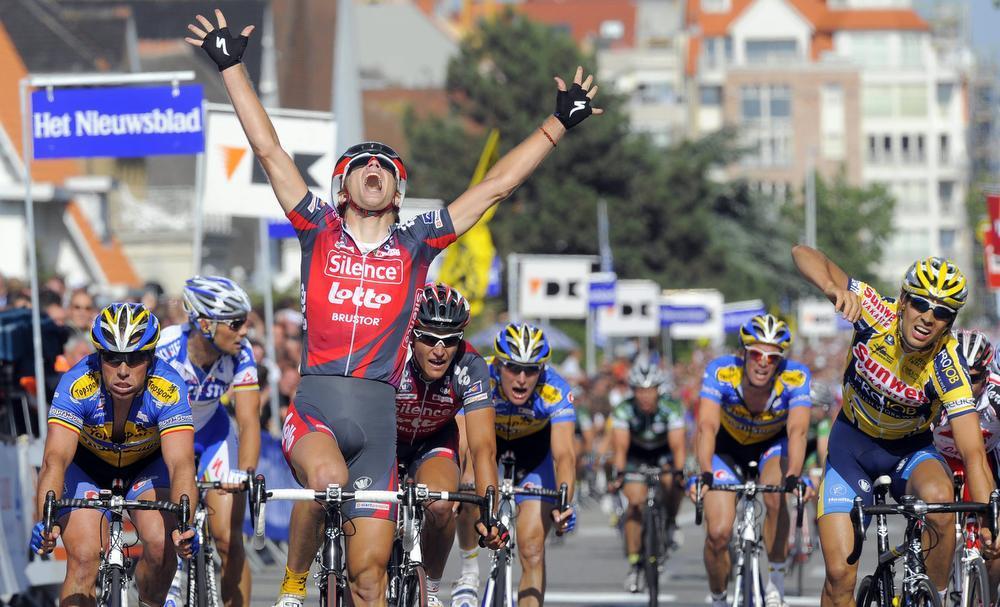Het BK op de weg in Knokke-Heist in 2008: Jürgen Roelandts wint voor Niko Eeckhout en Sven. (Foto Belga)