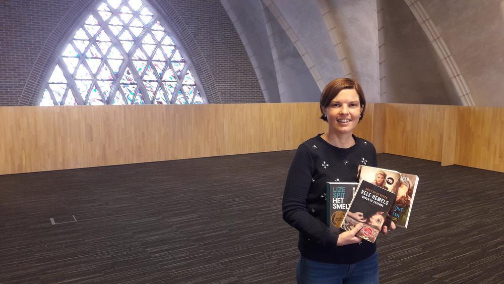 Sofie Messeeuw met enkele van haar favoriete boeken in de nieuwe bib. Alles is zo goed als klaar. Nadat het bijgebouw afgewerkt is, kunnen alle 40.000 stukken verhuisd worden.