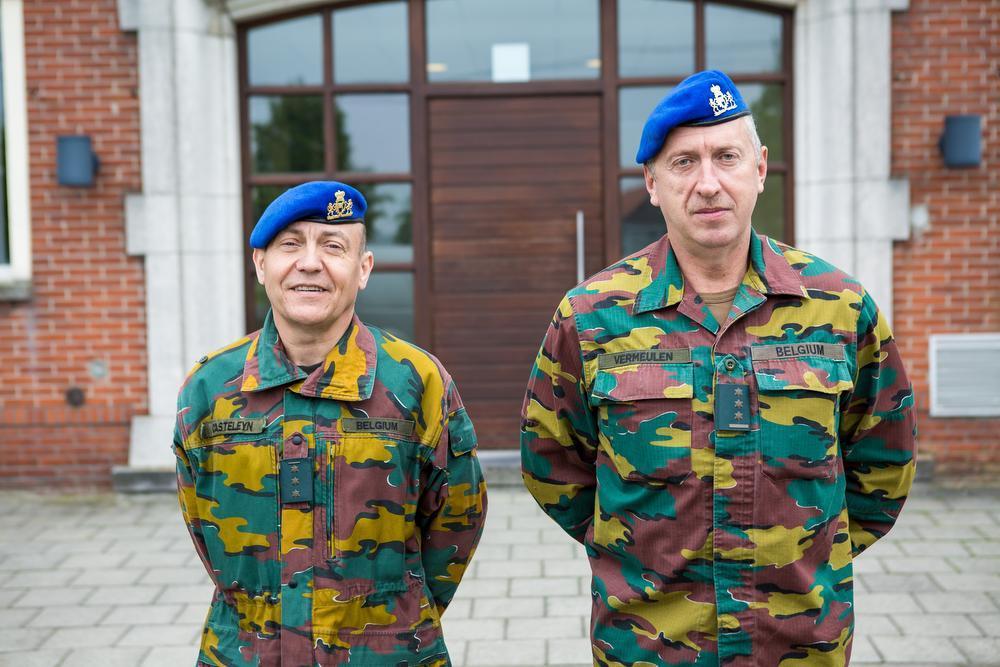 Kapitein-commandant Michel Casteleyn en kolonel Carlos Vermeulen.