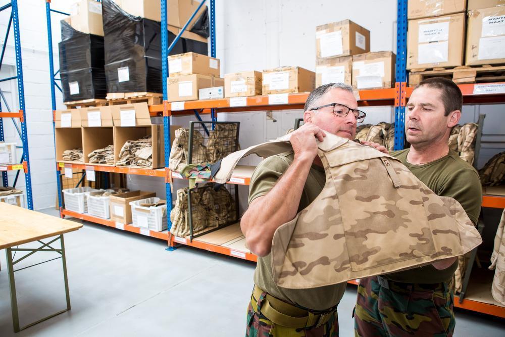 Sergeant-majoor Aldo Clays past een kogelvrije vest.