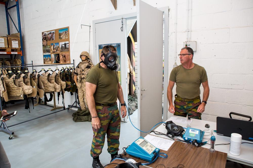 Op elke missie krijgen de militairen sowieso een gasmasker mee. Een computer screent of dat perfect aansluit.