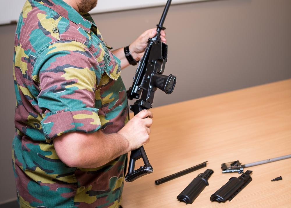 Een wapenmaker in de kazerne in Ieper