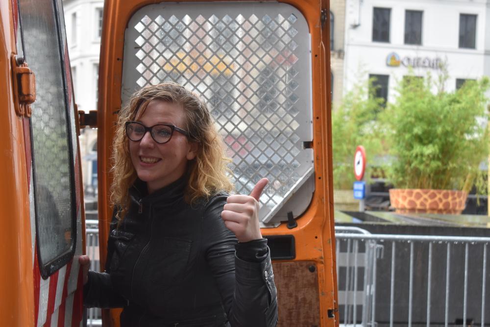 En of het nat weer was: met bedampte bril en kletsnatte haren zetten we een tentje uit aan het stadhuis.